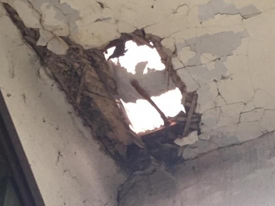 Новое обрушение потолка произошло в барнаульском доме, на котором капитально ремонтируют крышу