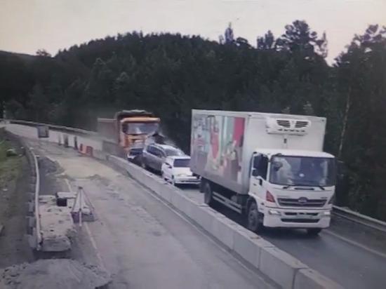Под Челябинском грузовик без тормозов смял в «гармошку» пять автомобилей