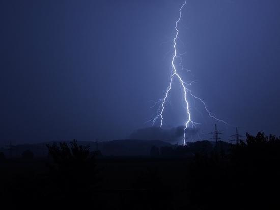 Разряд молнии уничтожил дом в пустошкинской деревне