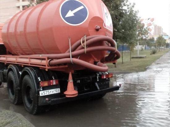 На дорогах Краснодара устраняют затопления 20 водооткачивающих машин