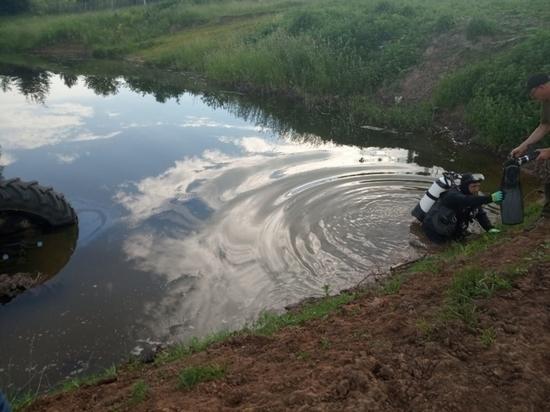В Чувашии водолазы обшарили дно пруда в поисках водителя перевернувшегося трактора