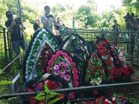 На могилу погибшего в ДТП Захарова принесли венок от Ефремова