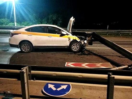 Под Воронежем таксист врезался в ограждение, пострадали 3 человека