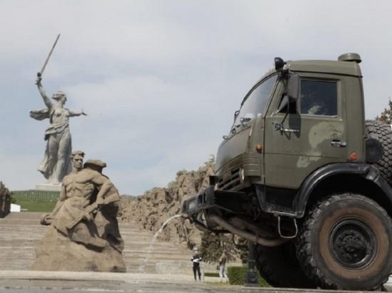 Волгоградские военные продезинфицировали Мамаев курган от коронавируса