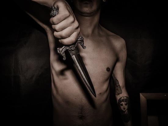 Нетрезвый мужчина в Оренбурге желая доказать любовь, воткнул в себя нож