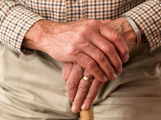 Три читинца на улице ограбили 82-летнего пенсионера