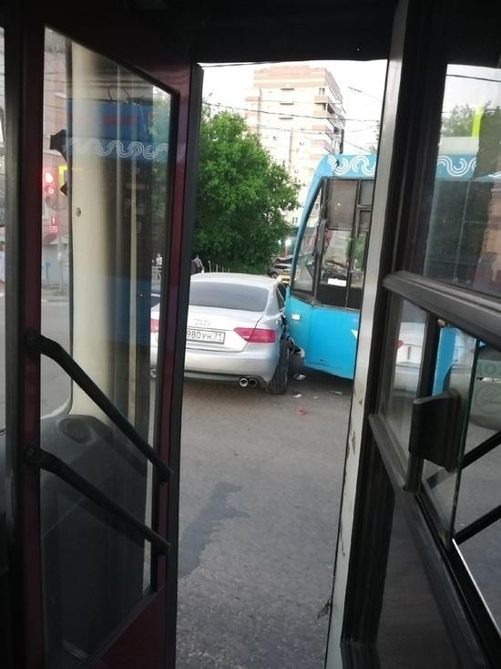 Трамвай поддел легковушку в Туле