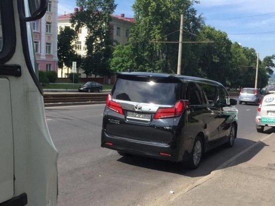 В центре Курска маршрутка врезалась в кортеж губернатора