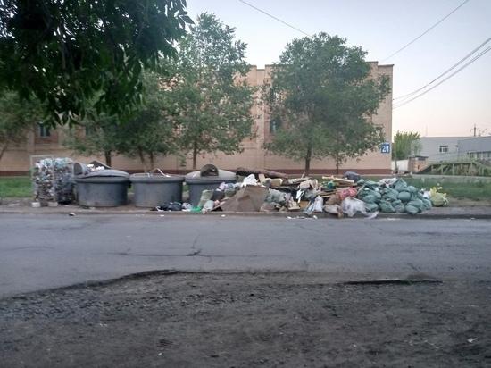 В Оренбурге продолжают обрастать мешками мусорки