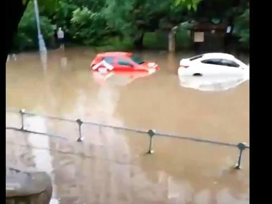 В Москве началась сильнейшая гроза, по улицам плывут машины