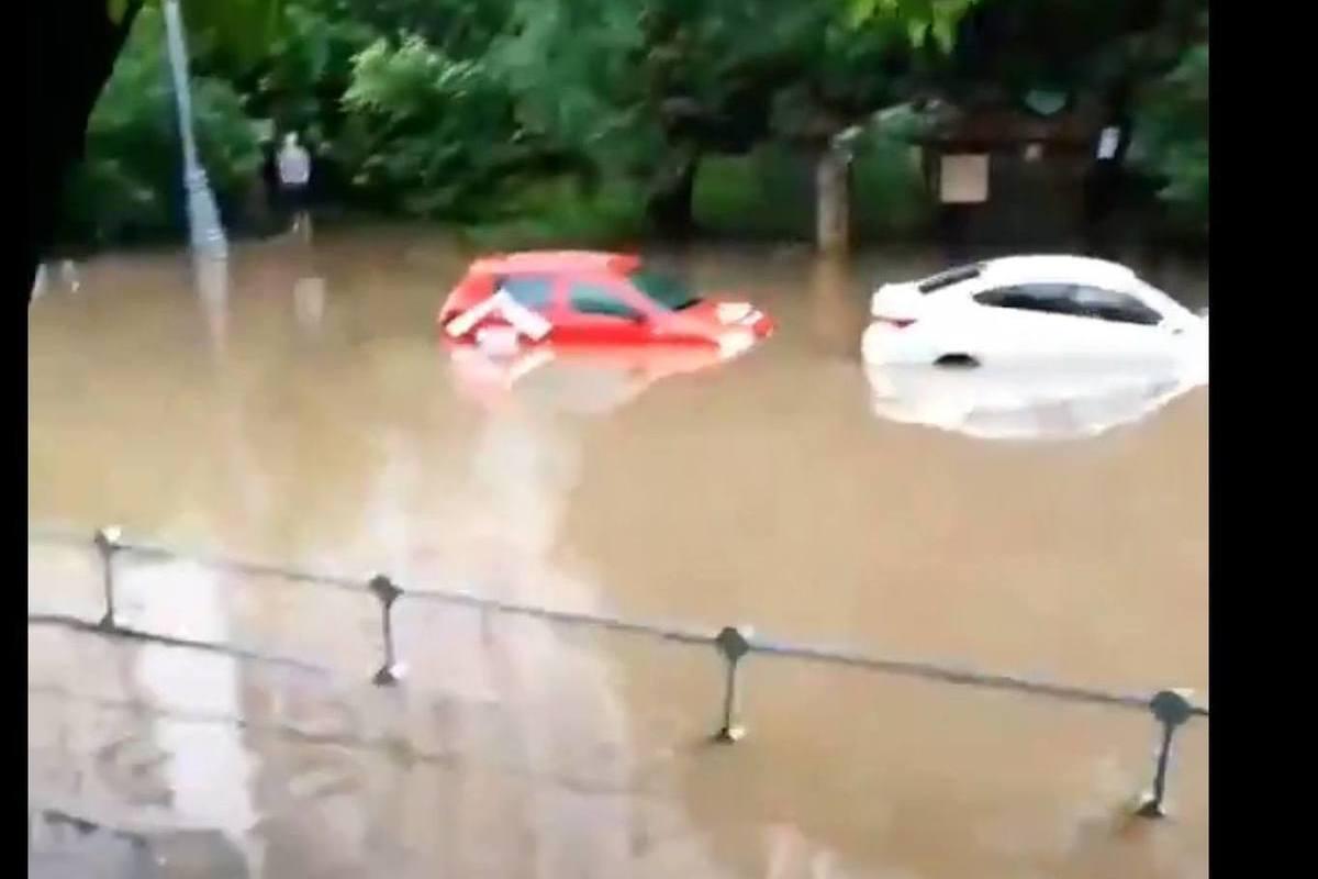 В Москве началась сильнейшая гроза, по улицам плывут машины - Московский Комсомолец