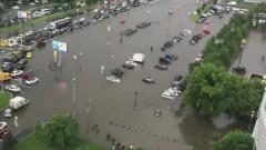 В Москве после грозы Варшавское шоссе ушло под воду: кадры с места