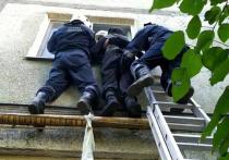 В Саратове пенсионер совершил побег через окно на связанных простынях