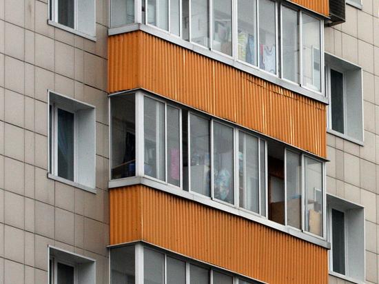 Трехлетняя девочка заперла на балконе маму и воспитательницу: не дали конфет