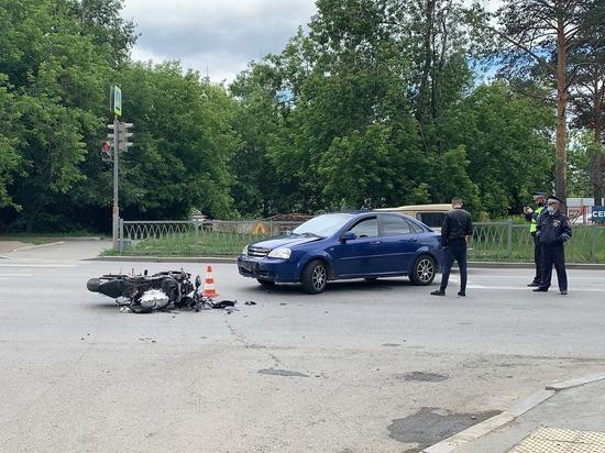 В Екатеринбурге в аварии пострадали водитель и пассажир мотоцикла Ямаха