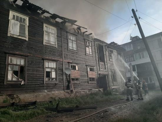 В свердловском поселке ночью горел частично расселенный многоквартирный дом