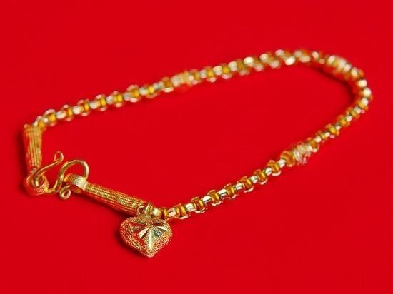 В Новотроицке у женщины с руки сорвали золотой браслет