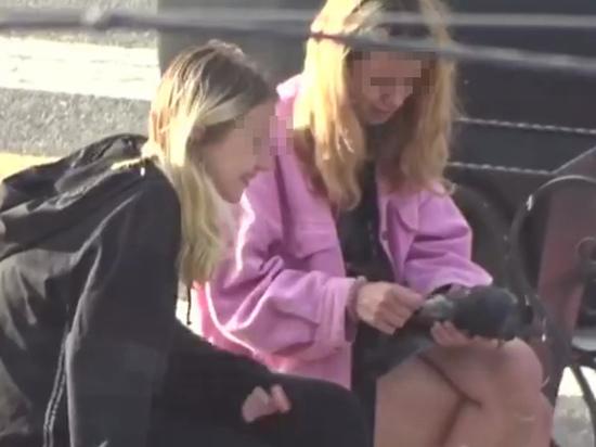 На Урале школьницы-живодерки ощипали живого голубя