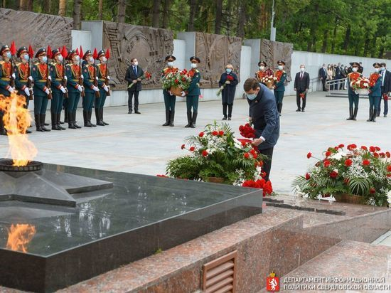 Цуканов и Куйвашев возложили цветы к Вечному огню на Широкореченском мемориале