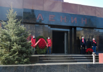 Коммунисты хотят, чтобы 24 июня во время парада в честь 75-летия Победы Мавзолей предстал перед публикой не закрытым временными конструкциями и с именем вождя мирового пролетариата на фасаде