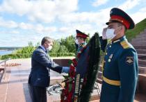 Олег Николаев принял участие в церемонии возложения цветов к Вечному огню