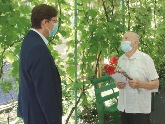 Глава Железноводска передал ветеранам подарки от губернатора