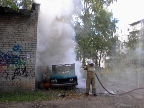 В Шахтах сгорел припаркованный ВАЗ
