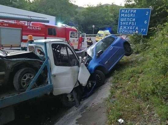 В Сочи лоб в лоб столкнулись два авто