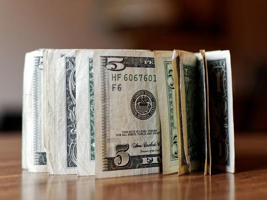 Россияне начали возвращать валюту в банки