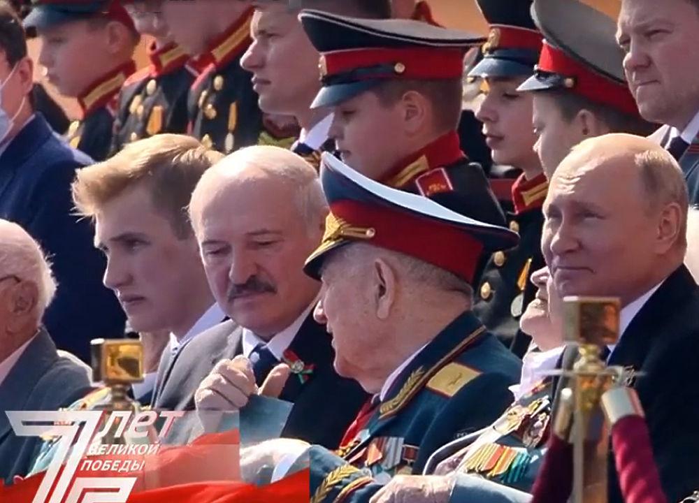 Путина и Лукашенко с сыном разместили в окружении ветеранов