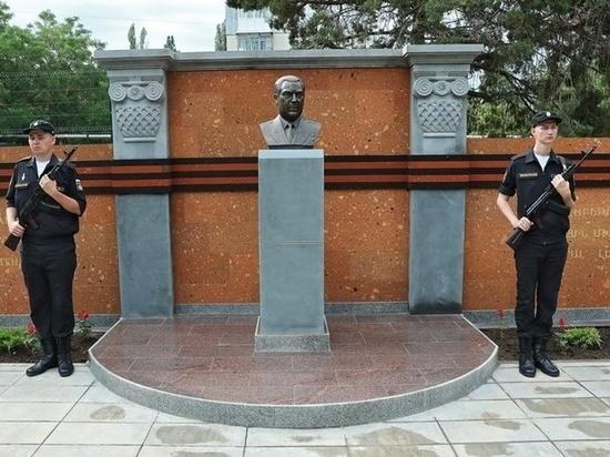 В Симферополе открыли памятник Ашоту Аматуни