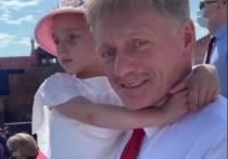 Песков пришел на парад Победы с дочкой на руках