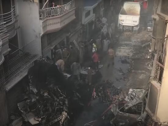 Причиной падения пассажирского самолета в Пакистане стал коронавирус