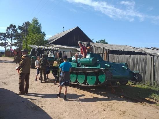 Житель села в Бурятии построил своими руками для Парада Победы танк, самолет и «Катюшу»