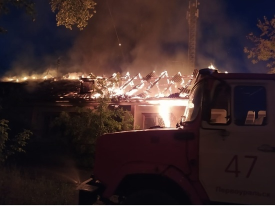 Ночью в Первоуральске горело здание предприятия по сбору отходов