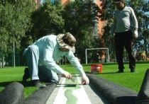 Ребятишек манит изумрудный газон: в Октябрьском районе Барнаула готовятся открыть современное футбольное поле
