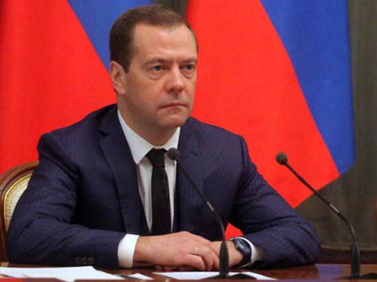 Медведев обратился к россиянам с участка для голосования по Конституции