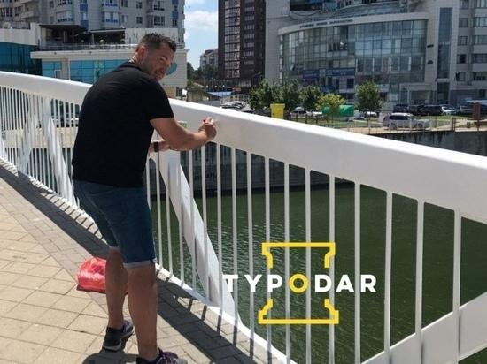 Краснодарская полиция устанавливает личность мужчины, расписавшего мост Поцелуев