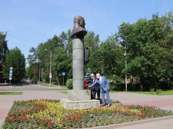 Глава Калуги посетил Аллею героев