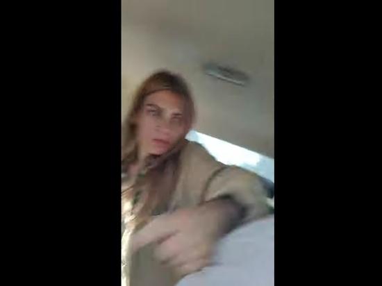 Пассажирка вцепилась в руль такси из-за просьбы не курить в салоне