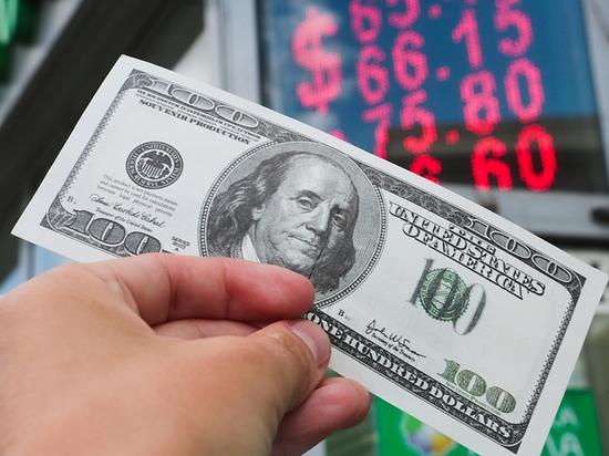 Россияне стали возвращать валюту в банки