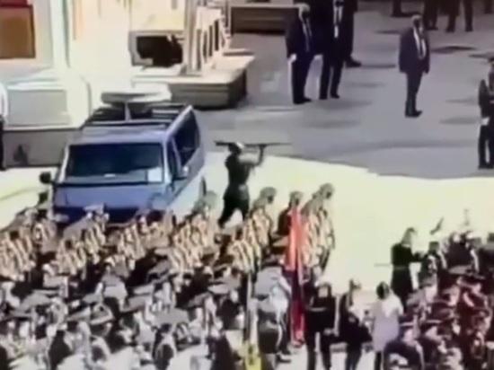 Появилось видео нападения калужанина на машину во время парада Победы