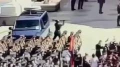 Солдат-срочник из Калуги разбивает винтовкой стекло машины на параде Победы