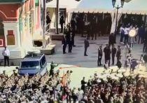 Опубликовано видео с камер наблюдения солдата-срочника на машину ФСО перед началом парада Победы на Красной площади 24 июня