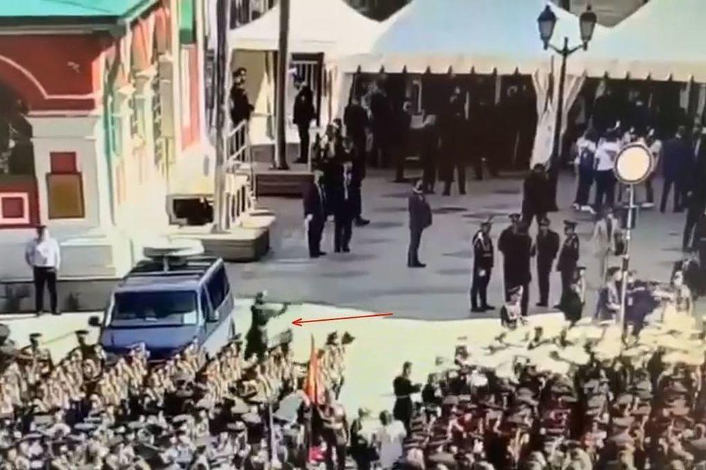 Появилось видео нападения срочника на машину ФСО перед парадом - Московский Комсомолец
