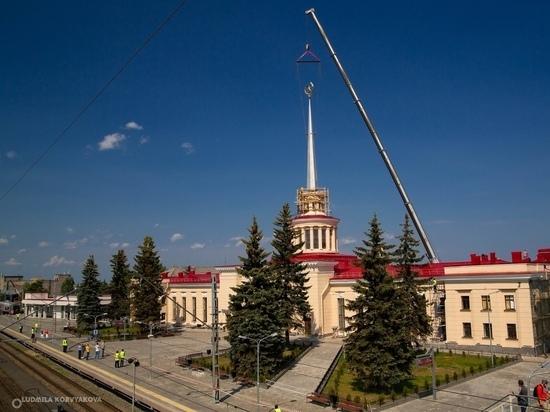 Новый 17-метровый шпиль установили на здание вокзала в Петрозаводске
