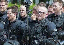"""Российский блогер сообщил, что ему удалось идентифицировать личность американского полицейского с татуировкой """"Россия"""", работавшего на акции протеста в Техасе"""