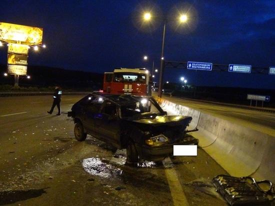 В Екатеринбурге ВАЗ-2114 врезался в ограждение после того, как пьяный водитель попросил пассажира поддержать руль