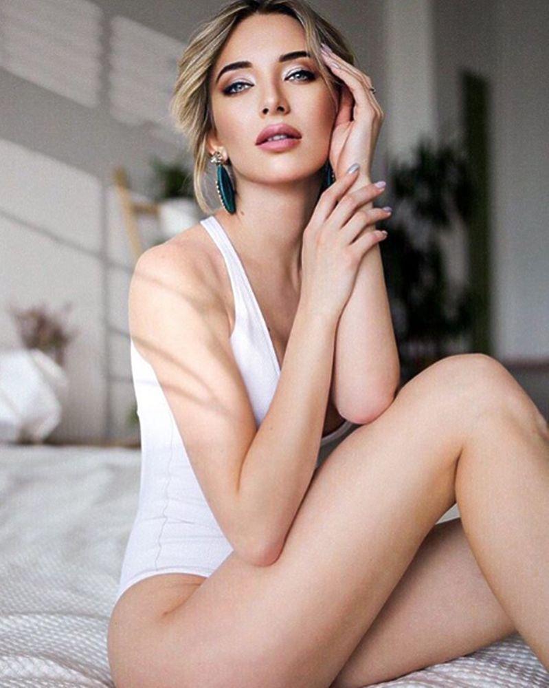 Одна из самых красивых блондинок мира: в интернет попали личные фото