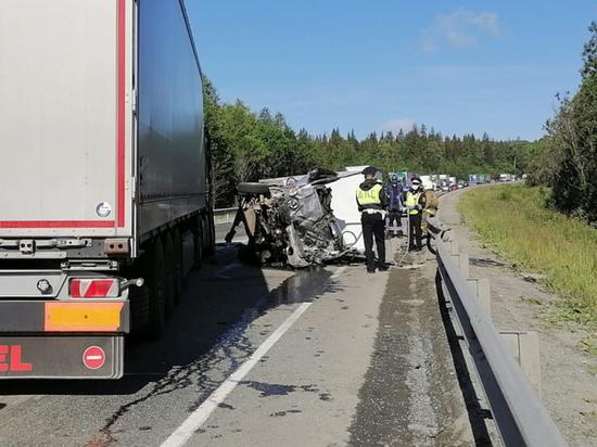 На трассе Пермь-Екатеринбург Hyundai врезался в ограждение и грузовик: погибли двое